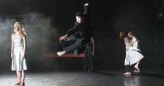 "<i>Wochenzeitung DIABOLO:</i><br />Familie: Fluch und Segen <br />Tanztheaterpremiere am Theater Bremen: Samir Akika und Unusual Symptoms präsentieren ""The Maidenhair Tree &amp; The Silver Apricot"""